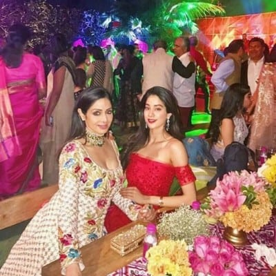 Jhanvi-Kapoor-with-Mom-Sridevi-during-party